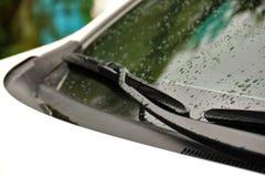 Torkare på vindrutan av bilslutet upp på regnig dag Arkivfoto
