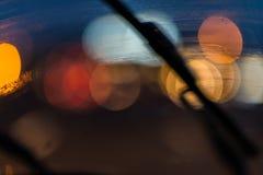 Torkare på vindrutan och trafikljus Fotografering för Bildbyråer