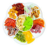 Torkat - bära frukt i den delade upp plattan, den bästa sikten som isoleras Royaltyfri Fotografi