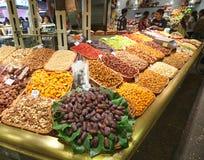 Torkat - frukt och muttrar i den Barcelona laen Boqueria marknadsför Arkivbild