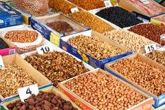 Torkat - frukt och muttrar på den lokala staden marknadsför i Sheki, Azerbajdzjan arkivfoton