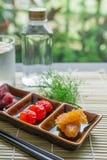 Torkat - frukt, torkade jordgubbar, torkade tomater, ananassylter i ett litet Royaltyfri Fotografi