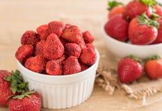 torkat jordgubbemellanmål arkivfoto