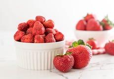 torkat jordgubbemellanmål arkivbild