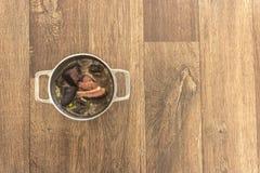 Torkat kött medföljer feijoadaen, brasiliansk typisk maträtt royaltyfri fotografi