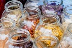 Torkat kryddor och te i krus Arkivbilder