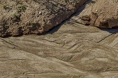 Torkat land med teckningen efter flodregn i fältet Arkivbild