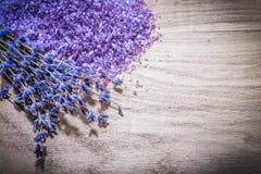 Torkat parfymerat purpurfärgat lavendelhav som är salt på det healthcar träbrädet arkivbilder