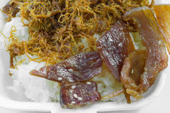 Torkat strimlat griskött på stickrice Arkivfoton