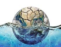 Torkat upp planeten som fördjupas i vattnet av världshavet Royaltyfri Fotografi