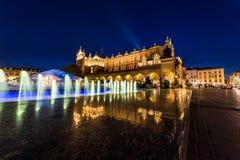 Torkduk Hall på Rynek Glowny den huvudsakliga fyrkanten i Krakow på natten Arkivfoton
