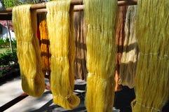 torkdukar som gör silk thai Arkivbild