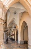 TorkdukeHall (Sukiennice) kolonn korridor-Cracow, Polen arkivbild