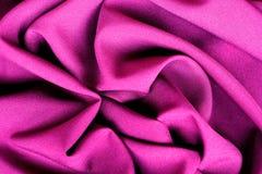 Torkduken för abstrakt bakgrund för lilor fodrar den lyxiga eller vätskekrabb veck-, silke- eller satängmaterial för våg eller me Royaltyfri Bild