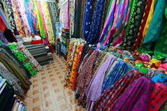 Torkduken shoppar i Souq marknader i Doha Royaltyfri Fotografi