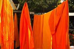 Torkdukeuttorkning för buddistisk munk arkivfoto