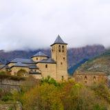 Torla kyrka i den Pyrenees Ordesa dalen på Aragon Huesca Spanien Arkivbilder