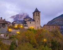 Torla kyrka i den Pyrenees Ordesa dalen på Aragon Huesca Spanien Royaltyfri Foto