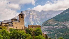 Torla Ordesa, kerk met de bergen bij bodem, de Pyreneeën Spanje royalty-vrije stock afbeelding