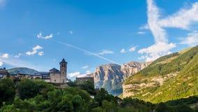 Torla Ordesa, kerk met de bergen bij bodem, de Pyreneeën Spanje royalty-vrije stock foto's