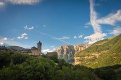 Torla Ordesa, Kirche mit den Bergen unten, Pyrinees Spai stockfoto