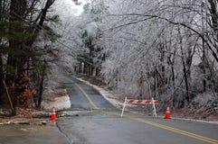 Tormenta de hielo, camino cerrado Imagenes de archivo