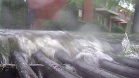 Tormenta de la lluvia en un camino almacen de video