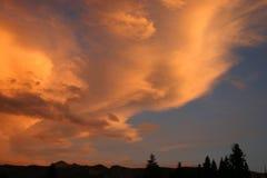 Tormenta de la montaña en la puesta del sol Imagen de archivo