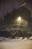 Tormenta de la nieve en la ciudad Imágenes de archivo libres de regalías