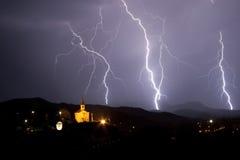 Tormenta de la noche sobre una pequeña capilla. Imágenes de archivo libres de regalías