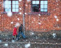 Tormenta de las nevadas fuertes del ine de los pares que camina Foto de archivo libre de regalías
