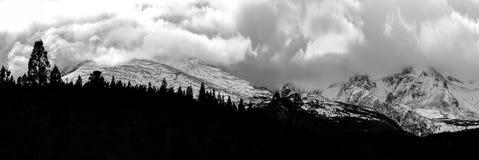 Tormenta del invierno que elabora cerveza sobre Rocky Mountains fotografía de archivo