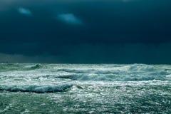 Tormenta del mar con el cielo dramático Imagen de archivo