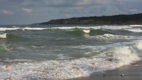 Tormenta del mar de Rocky Coastline almacen de video