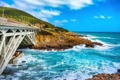 Tormenta del mar en la costa y el puente de Calafuria, vía el camino de Aurelia L Foto de archivo