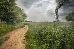 Tormenta del peligro produciendo un tornado imagen de archivo