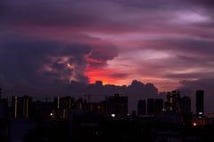 Tormenta del relámpago y ciudad oscura Imagenes de archivo