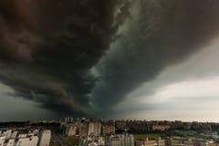 Tormenta del Supercell sobre la ciudad Fotografía de archivo