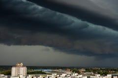 Tormenta del Supercell sobre la ciudad Foto de archivo libre de regalías
