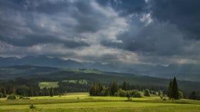 Tormenta del verano con lluvia sobre las montañas de Tatra en Polonia, Timelapse almacen de metraje de vídeo