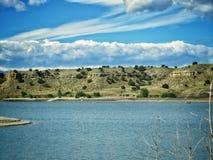 Tormenta del verano que pasa más allá de pueblo del lago Imágenes de archivo libres de regalías