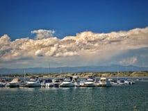Tormenta del verano que pasa más allá de puerto deportivo del ` s Southn del pueblo del lago Fotos de archivo libres de regalías