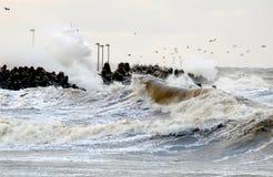 Tormenta en el mar Báltico, Kolobrzeg, Polonia del invierno fotos de archivo