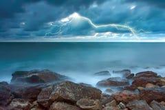 Tormenta en la costa rocosa Foto de archivo libre de regalías