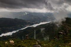 Tormenta entrante en las montañas fotografía de archivo