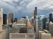 Tormenta hermosa que rueda en rascacielos excesivos del lazo de Chicago fotografía de archivo libre de regalías