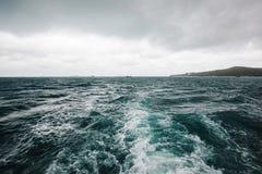 Tormenta inminente en la nave visión desde la cubierta posterior del agua oscura elemento del mar en barco foto de archivo