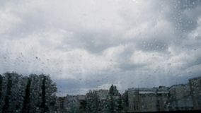 Tormenta oscura de time lapse de la nube de trueno en ciudad de la ventana almacen de metraje de vídeo