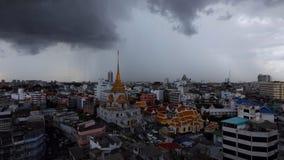 Tormenta sobre el templo de Wat Traimit en el distrito de Chinatown de Bangkok durante saeson lluvioso, almacen de metraje de vídeo