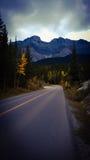 Tormenta sobre la carretera de la montaña sola fotos de archivo